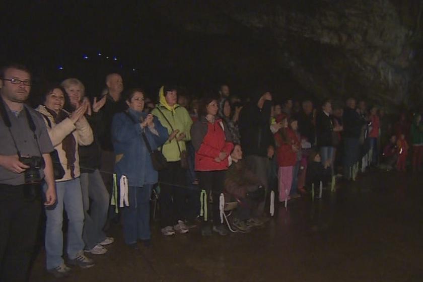 Návštěvníci koncertu v jeskyni Výpustek