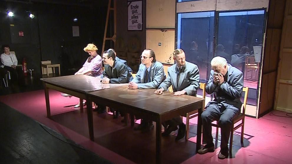 Představení Ende gut, alles gut začínalo jako tisková konference