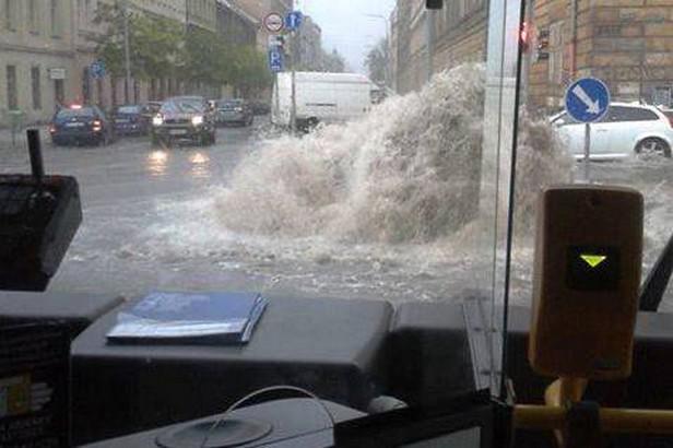 Kanály v Karlíně chrlí vodu po bleskové povodni