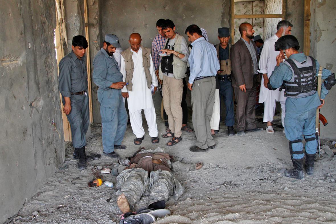 Následky útoku na vojenské letiště v Kábulu