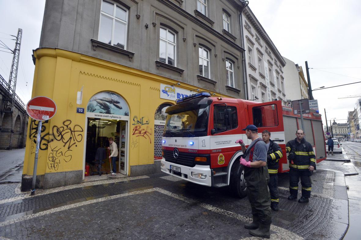 Hasiči odčerpávali vodu ze sklepů v pražském Karlíně