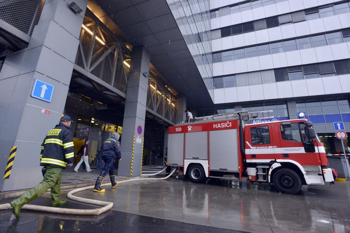 Hasiči odčerpávali vodu z administrativní budovy v pražské ulici Ke Štvanici