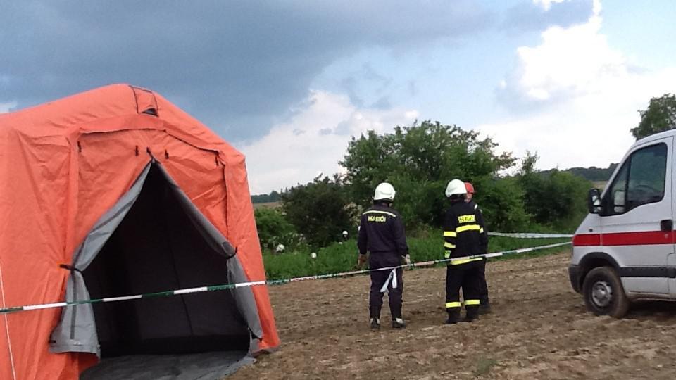 Na místě zasahuje pět hasičských jednotek a záchranáři