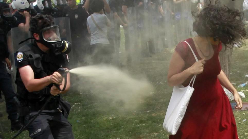 Dívka v červených šatech jako symbol protivládních demonstrací v Turecku
