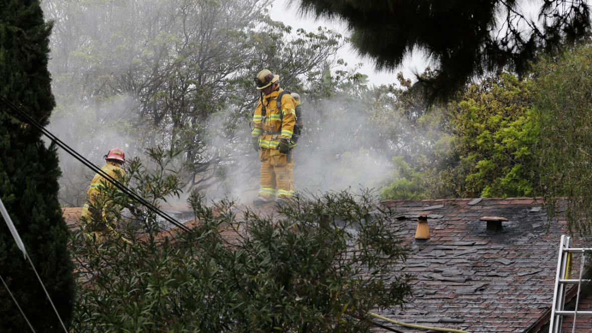 Hasiči na spáleništi v Santa Monice
