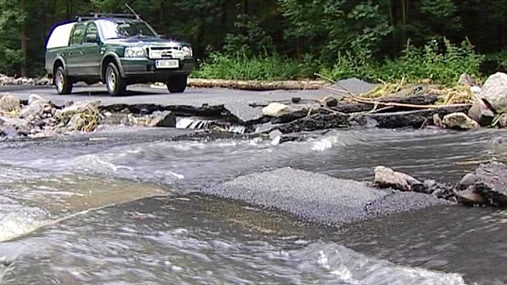 Silnice poničená povodní