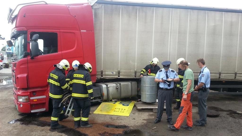 Únik provozní kapaliny kamionu v Olomouci