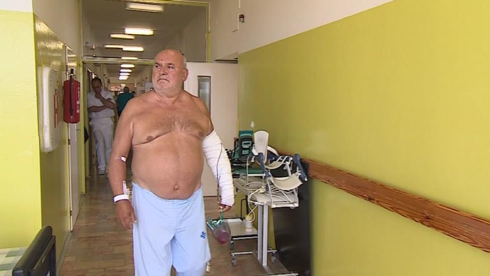 Den po operaci už mohl Jozef Husár rukou hýbat
