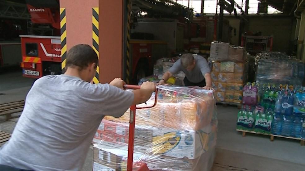 Humanitární sbírka putovala do zlínské hasičské centrály