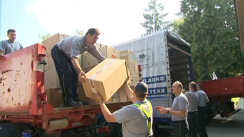 Lidé mohli humanitární pomoc donést do nejbližší hasičské základny