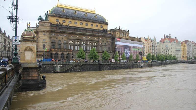 Rozvodněná Vltava u Národního divadla