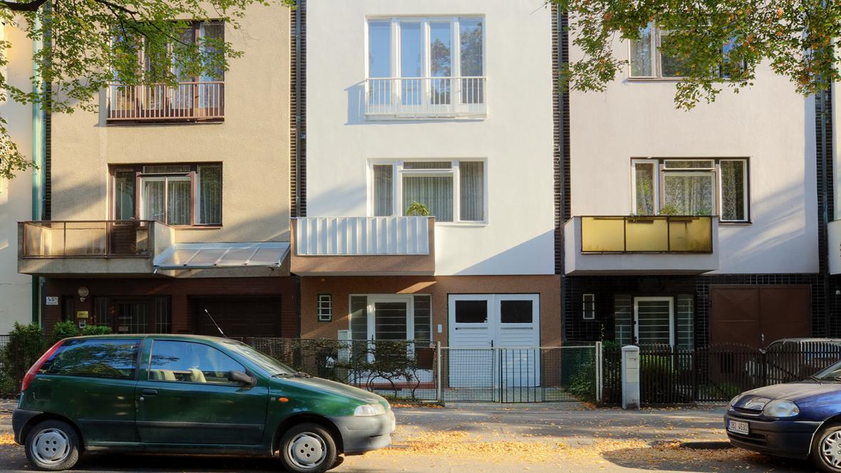 Úzké třípodlažní domy na ulici Mathonová