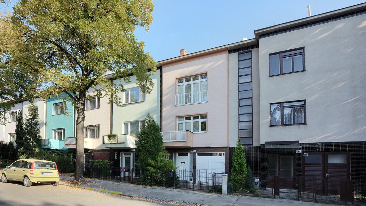 Jednoduché fasády rodinných domů na ulici Mathonová