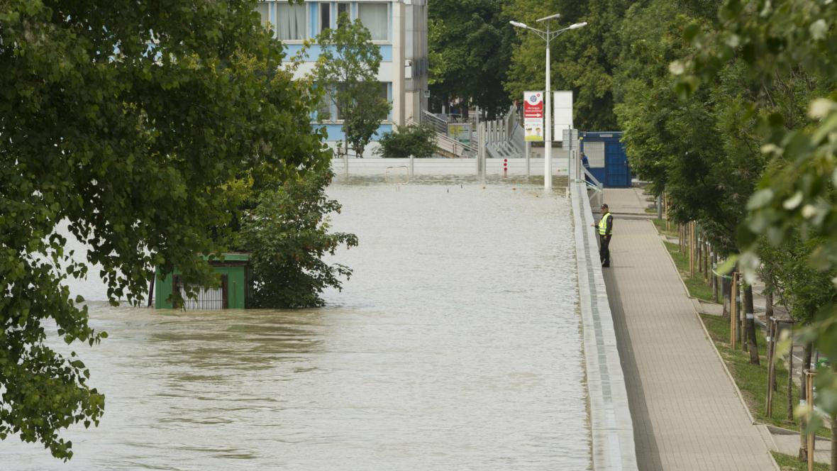 Policista hlídá protipovodňové zábrany v Bratislavě