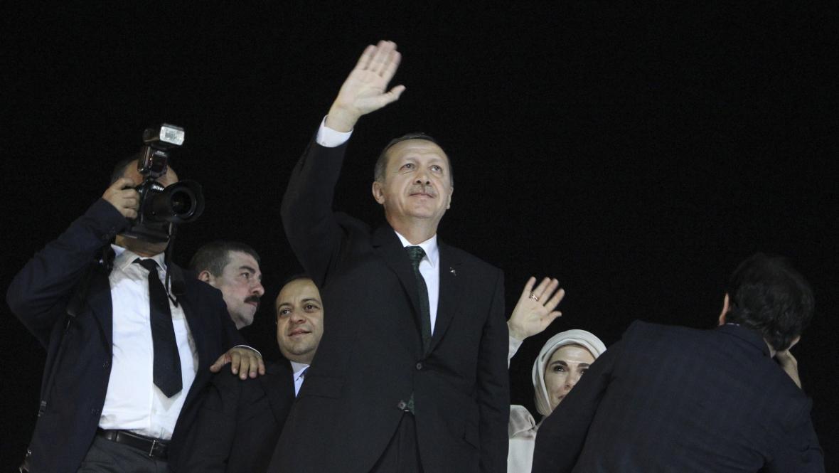 Turecký premiér se ženou po příletu do Turecka
