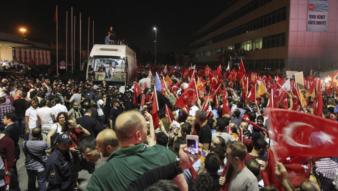 Dav vítající Erdogana na istanbulském letišti