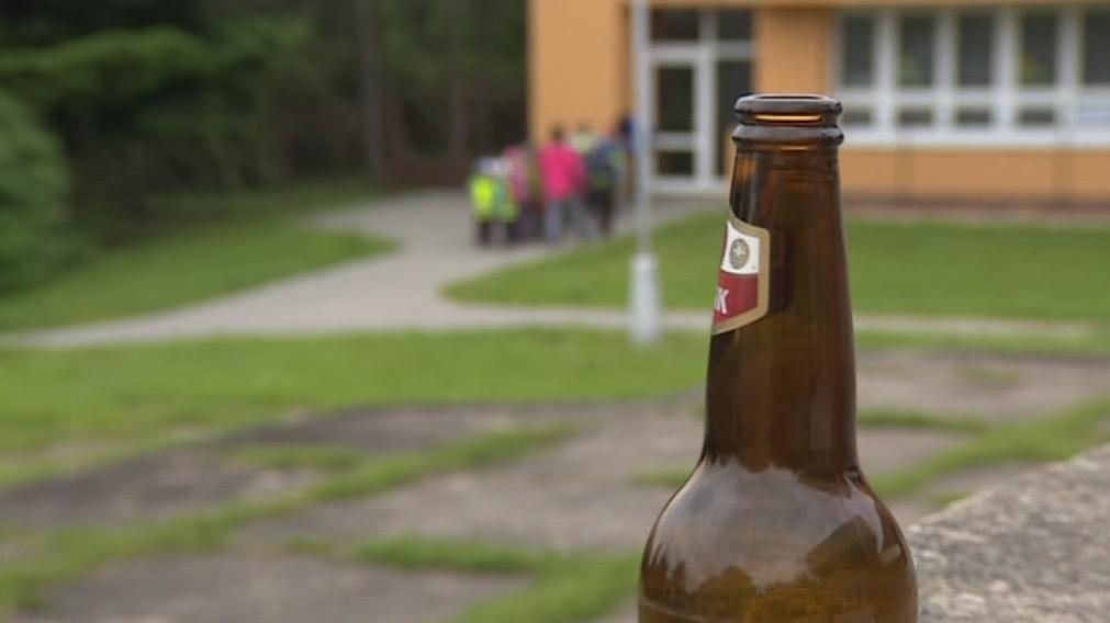 Opilci konzumují alkohol také v bezprostřední blízkosti škol