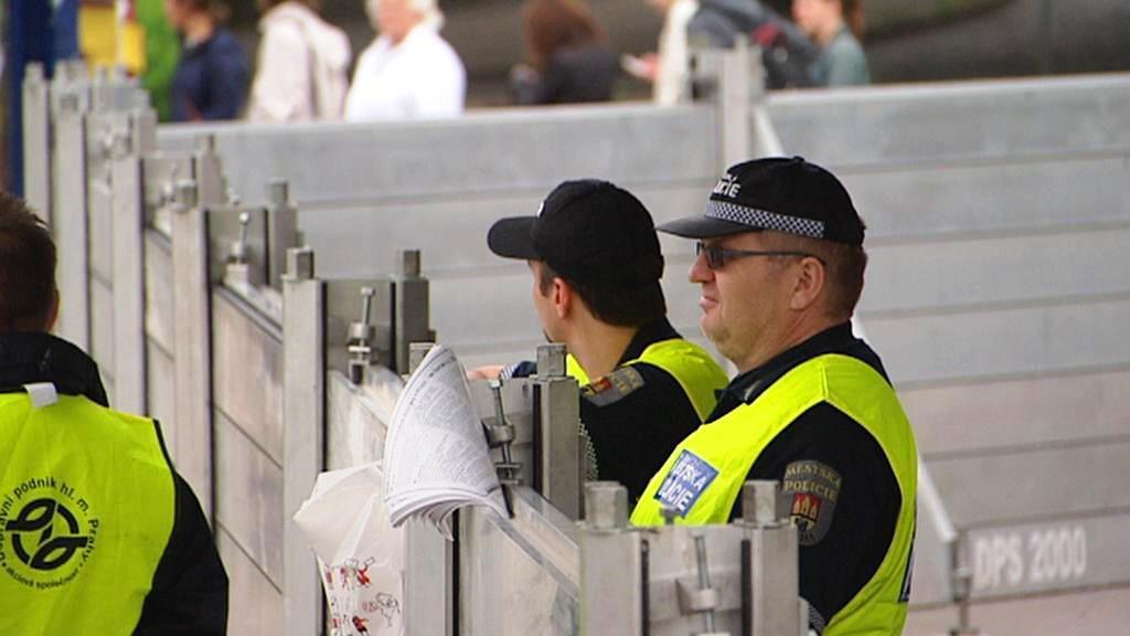 Strážníci hlídkují u protipovodňové bariéry
