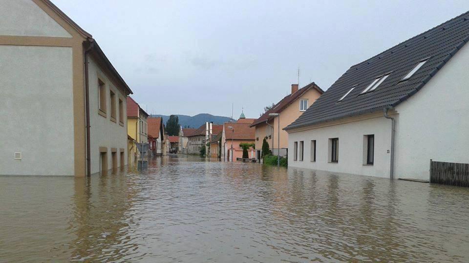 Zaplavená ulice v Českých Kopistech