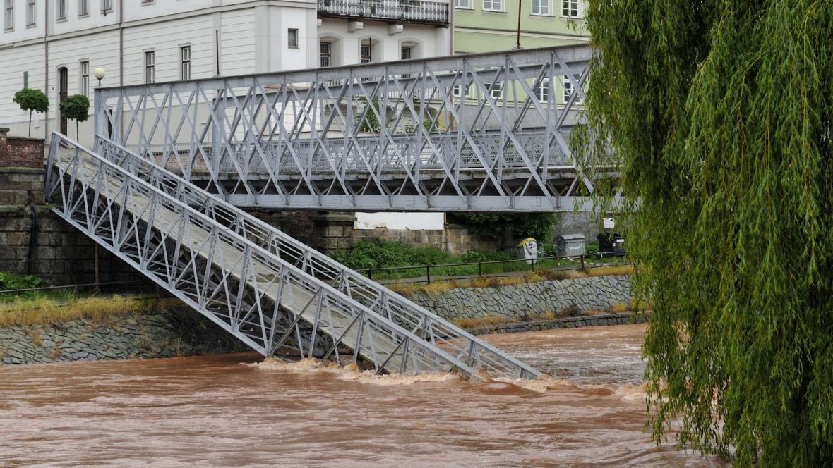 Zřícený historický železný most v Jaroměři