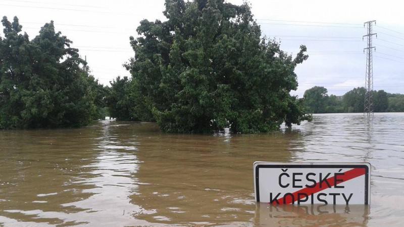 Zaplavená silnice v Českých Kopistech