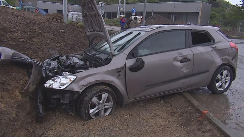 Ze zdemolovaného vozu řidič utekl