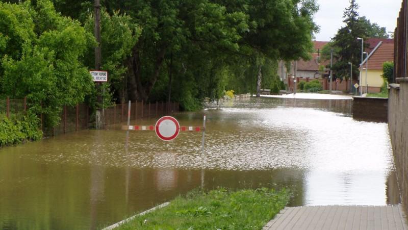 Zaplavená silnice v Obříství