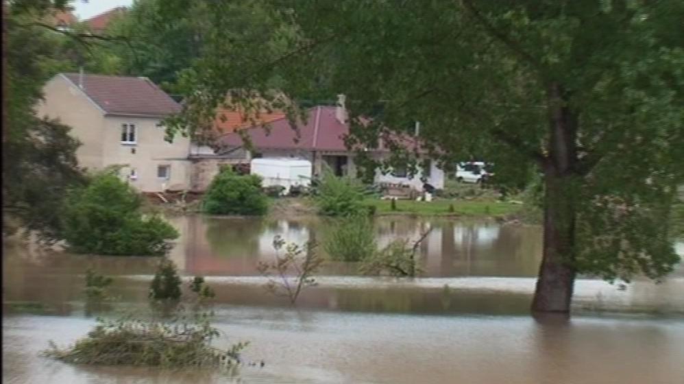 Zatopené domy v Rohatci po povodni
