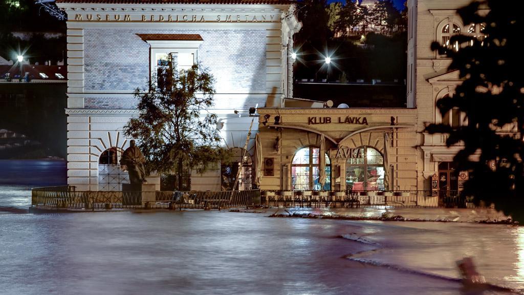 Hladina Vltavy olizuje vchod do Klubu Lávka