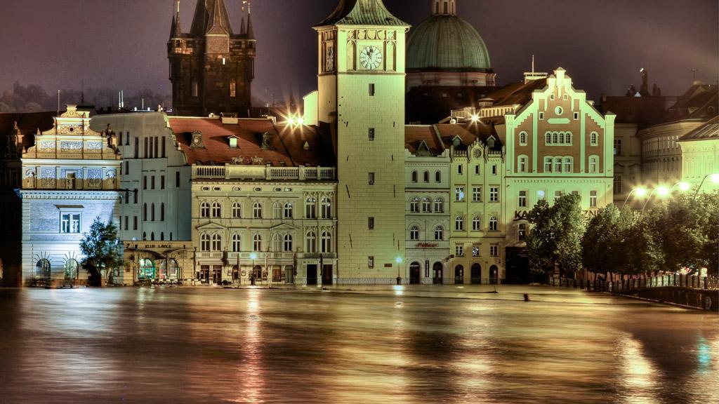 Vzdutá Vltava před Novotného lávkou