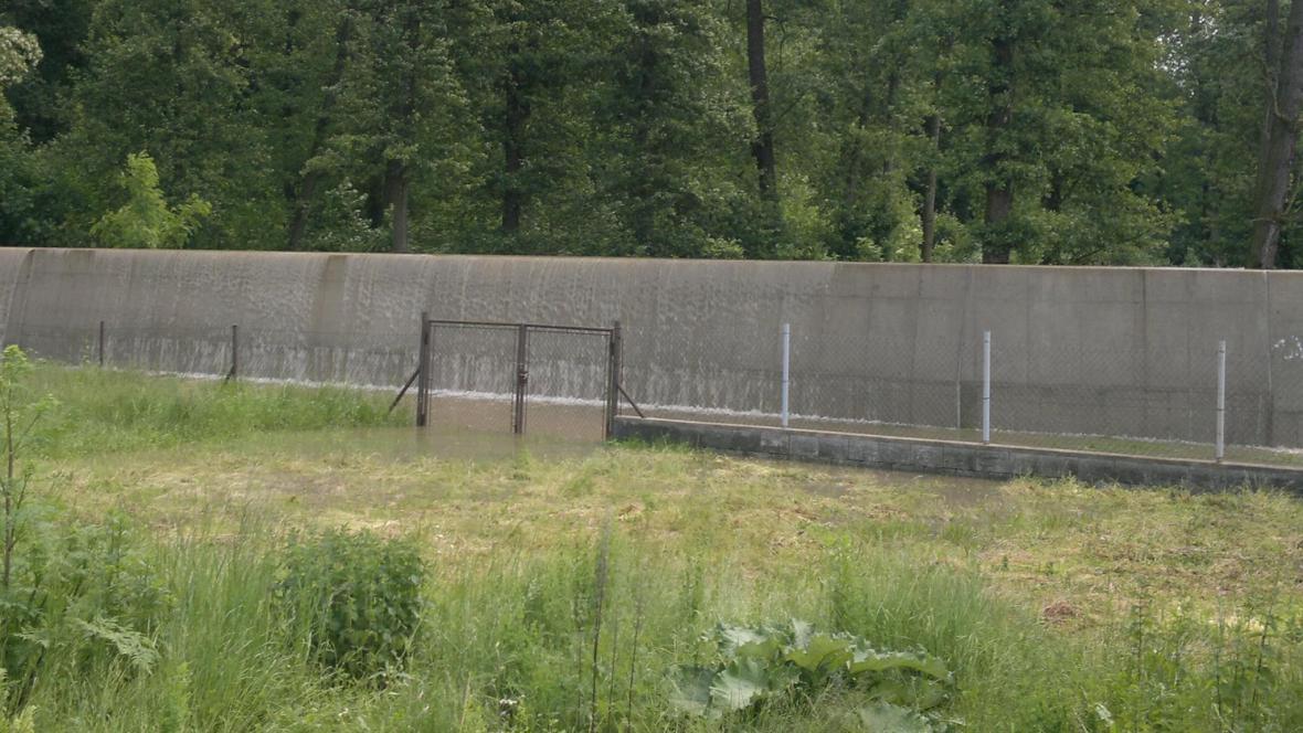 Protipovodňová hráz v Hoříně už vodu neudržela