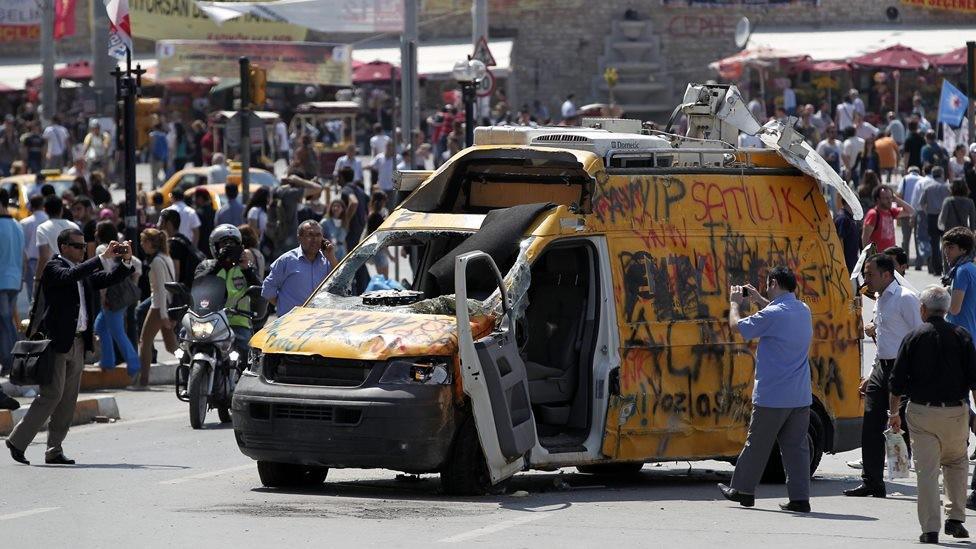 Protivládní demonstrace v Istanbulu - poničený televizní vůz