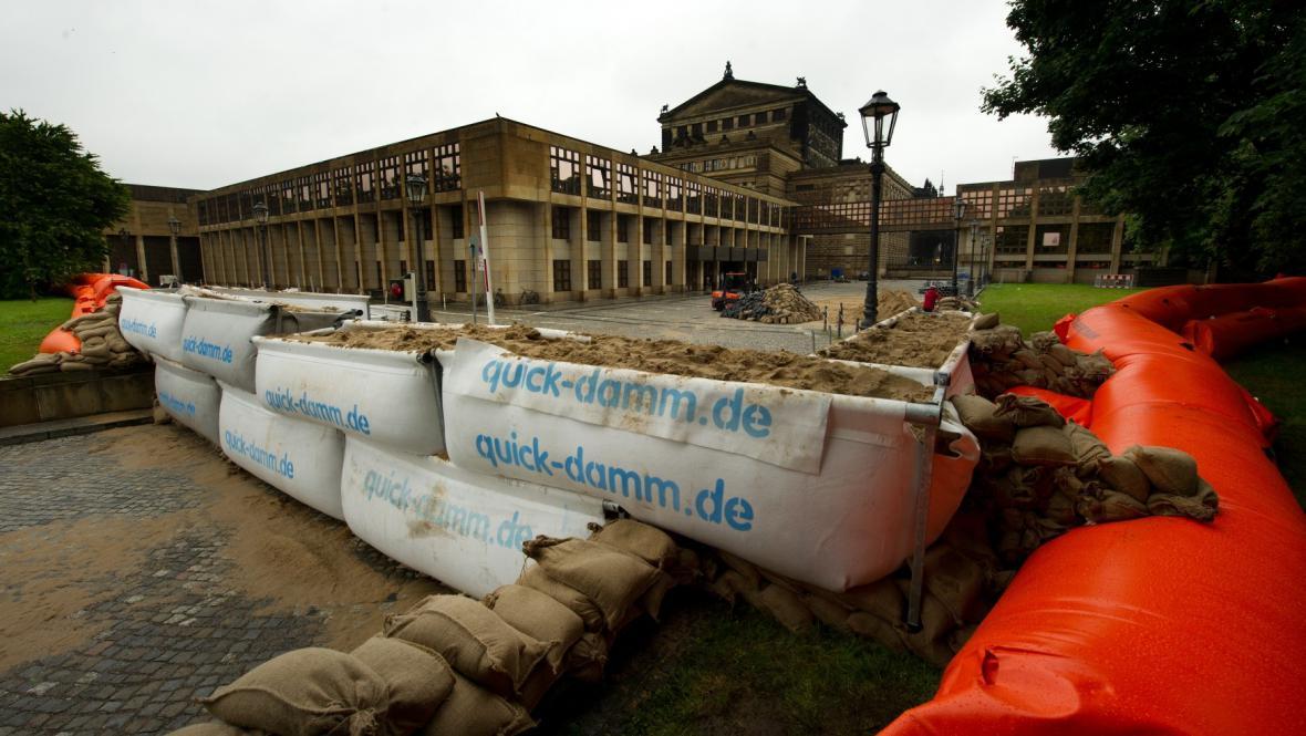 Přípravy na velkou vodu v Drážďanech