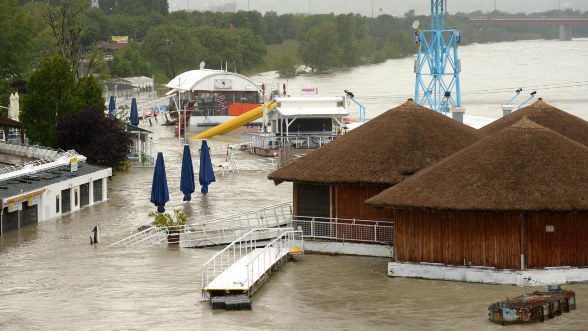 Zatopené restaurace na břehu Dunaje ve Vídni