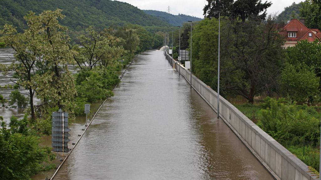 Protipovodňová hráz na Zbraslavi, zatopená silnice do Štěchovic