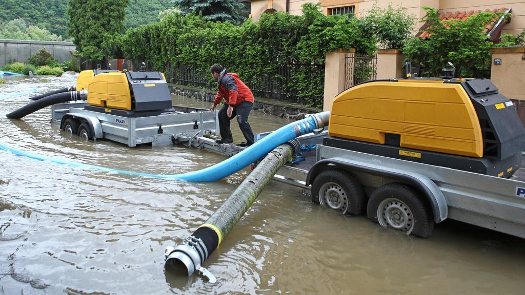 Čerpání vody za protipovodňovou hrází na Zbraslavi