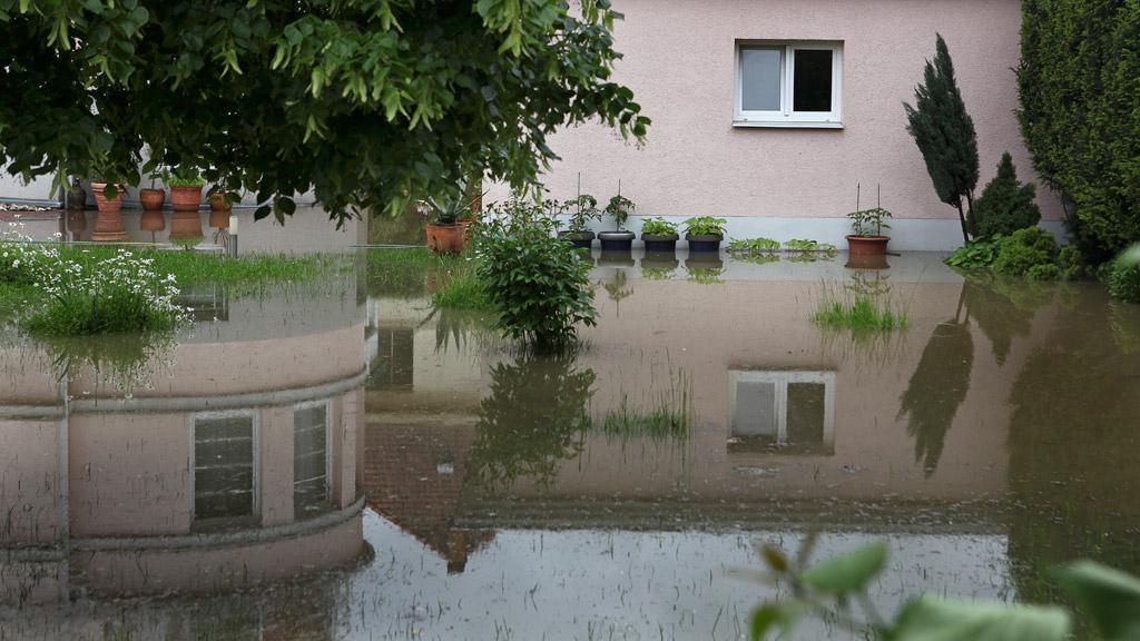 Zatopené domy za protipovodňovou hrází na Zbraslavi