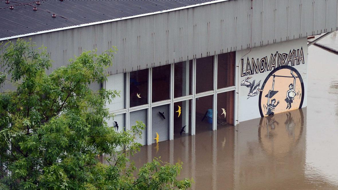 Zaplavený areál pražské zoologické zahrady