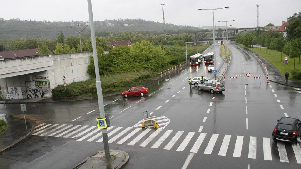 Rozvodněná Vltava komplikovala dopravu v Modřanské ulici