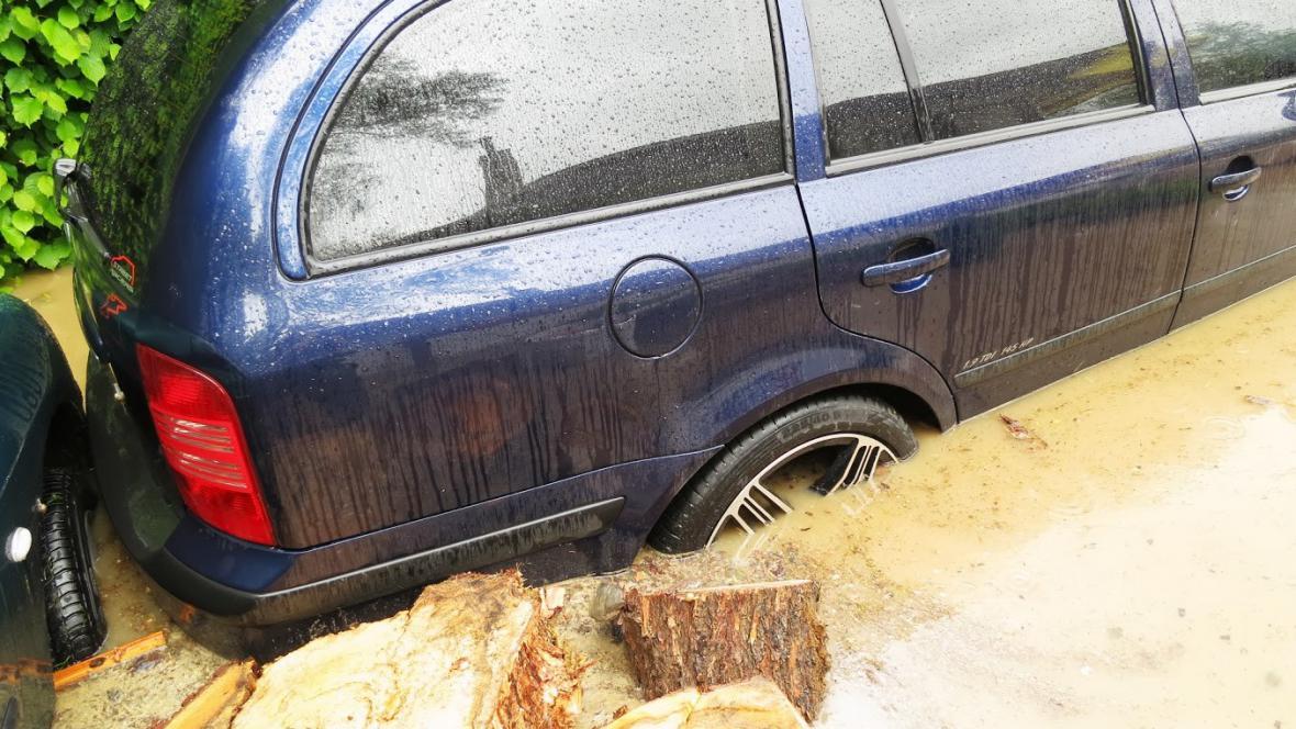 Zaplavená Škoda Octavia v Libeži
