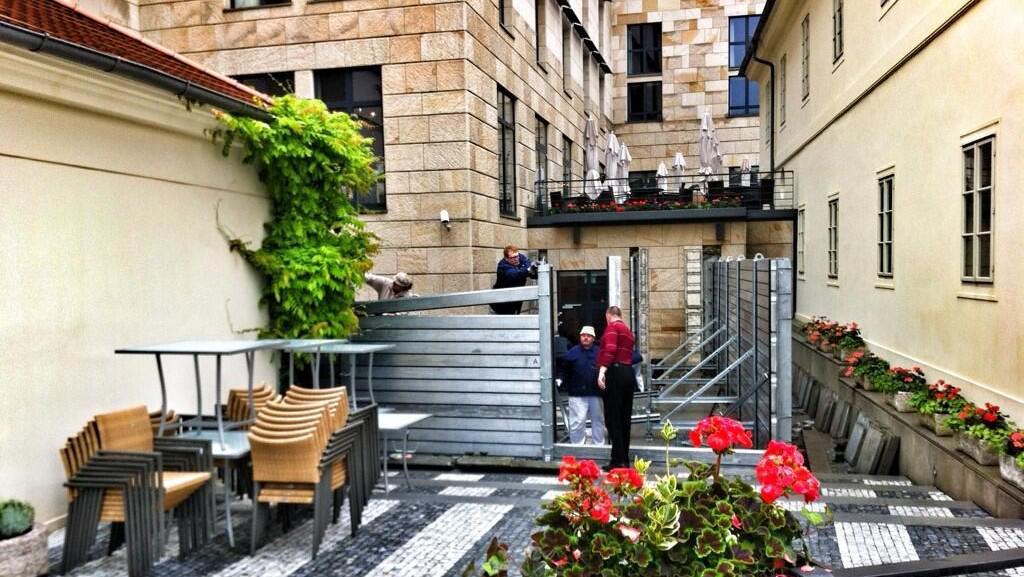 Stavění protipovodňových bariér u hotelu Four Seasons v Praze