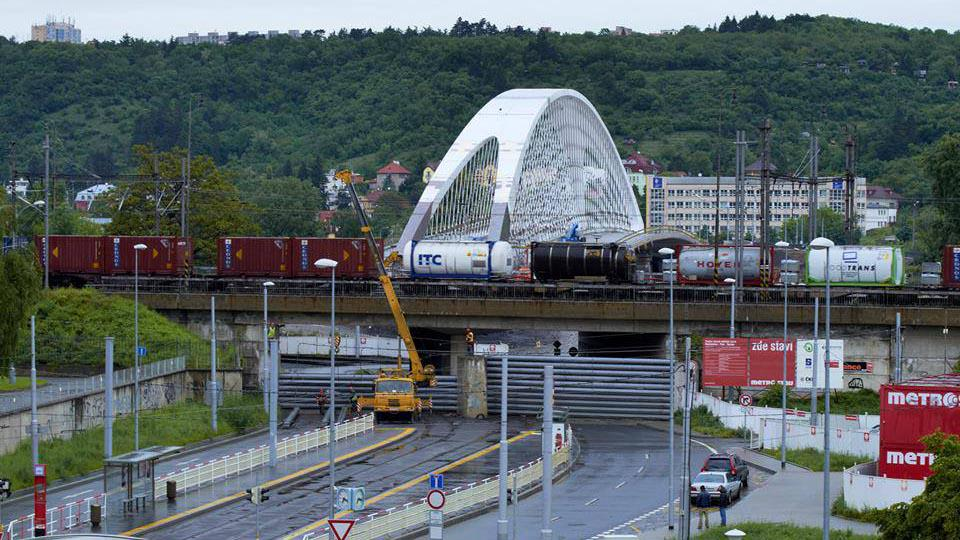 Stavění protipovodnových bariér v Praze - Holešovicích
