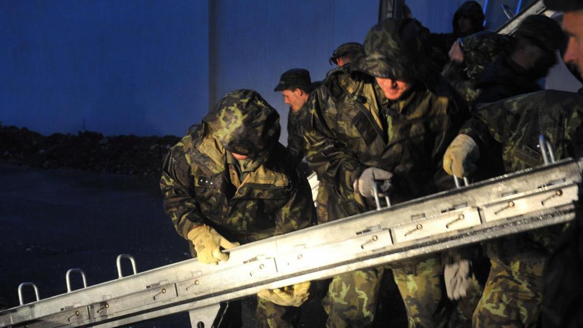 Vojáci staví protipovodňové zábrany na pražské Kampě