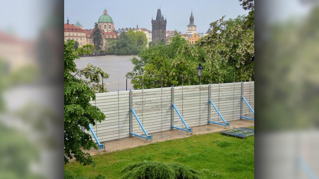 Protipovodňové bariéry na Kampě připraveny