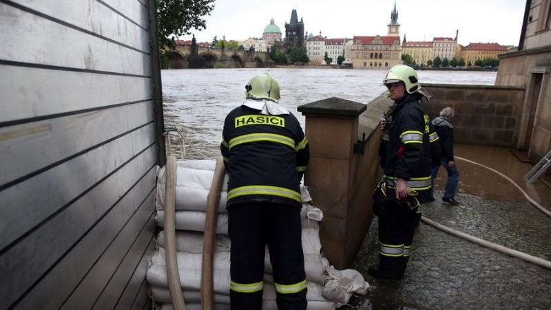 Instalování protipovodňových bariér na pražské Kampě