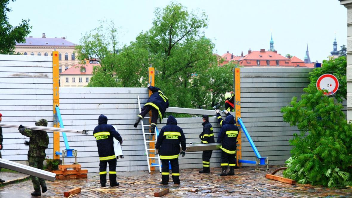 Stavění protipovodňových bariér v Praze
