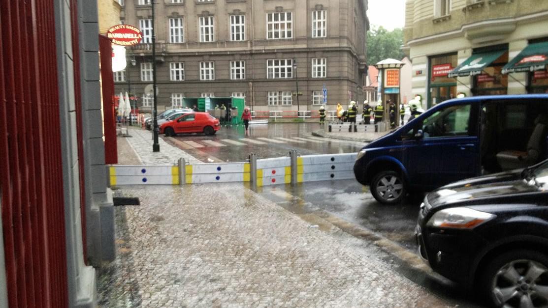 Praha, stavění zábran ve Valentýnské ulici