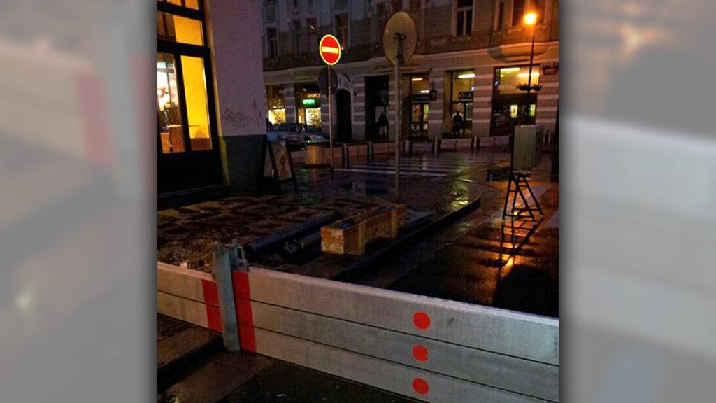 Praha, stavění protipovodňových zábran u metra Staroměstská