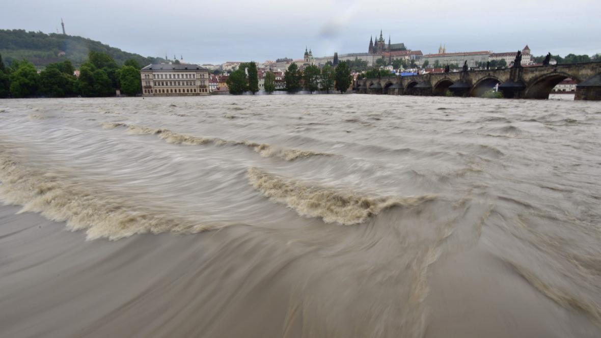 Rozvodněná Vltava v centru Prahy