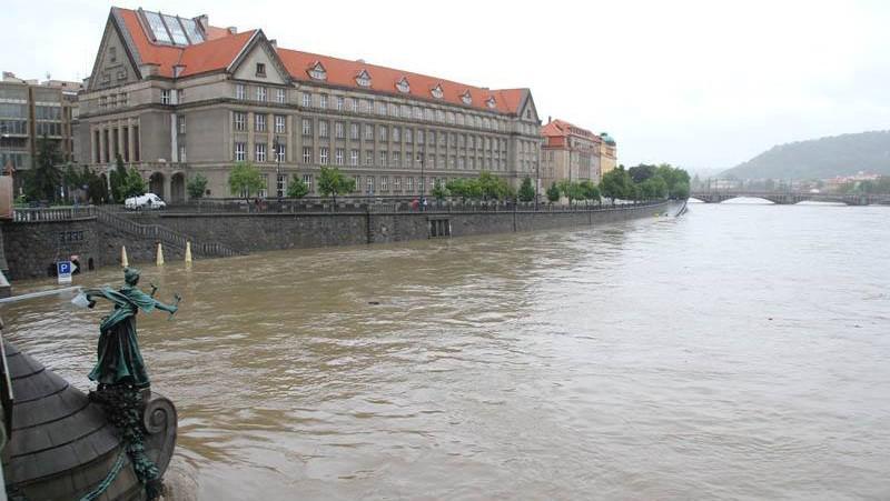Rozvodněná Vltava u Právnické fakulty